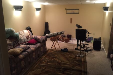 Lowest Price : Quiet Basement! - Manchester
