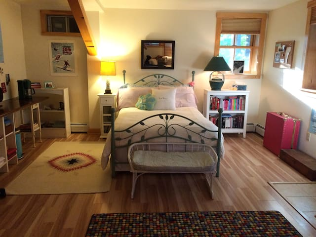 Quiet Room in Village w/Private Entrance + Bath - Woodstock - Bed & Breakfast