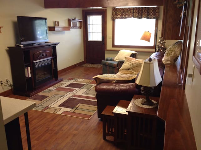 Private 1 BR suite on quiet street - Estes Park - House