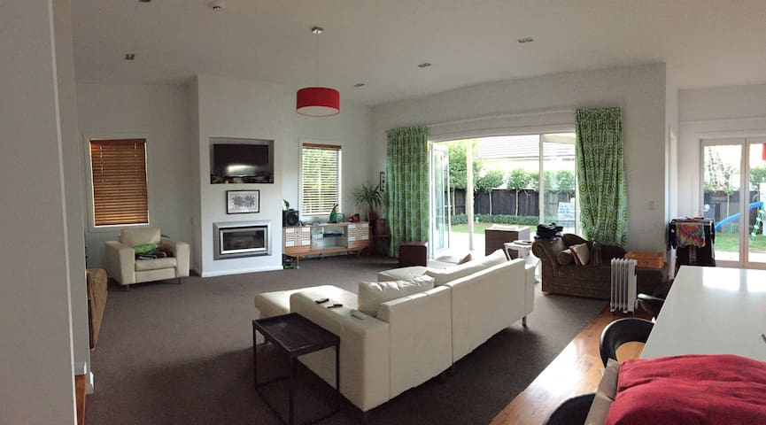 Large open plan living, kitchen, dinning area.  North facing with afternoon/evening sun.