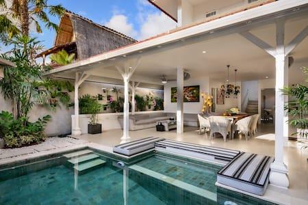 Villa Ozamiz Seminyak - 500 meters to KuDeTa Beach - Sul de Kuta - Vila