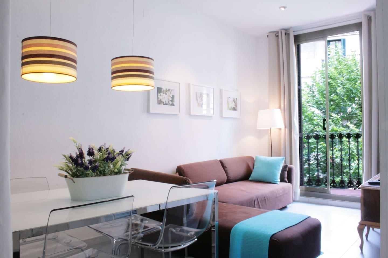 Luminosa y Agradable Sala de estar con comedor.