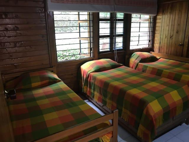Alcoba con 3 (ó4) camas, con 1 escalón de acceso,con Baño privado sin escalones