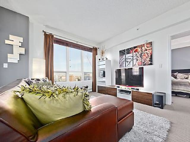 Chic High-rise with Great DT Views