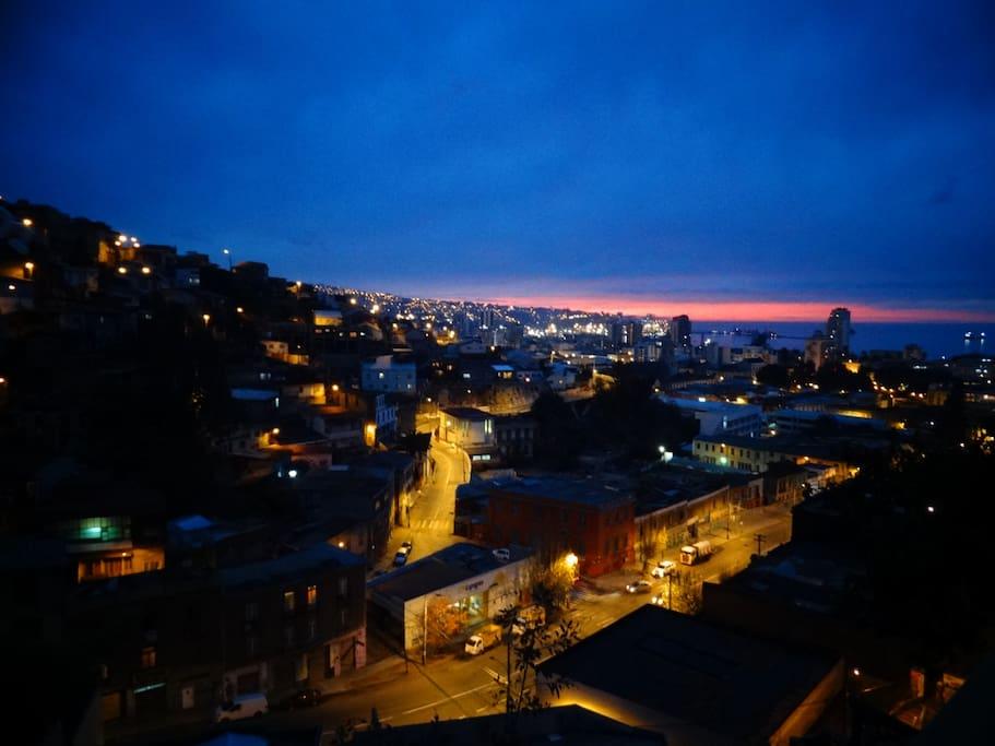 Vista desde la terraza en la noche / View from the balcony at night