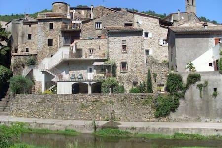 Jolie maison dans village médiéval - Haus