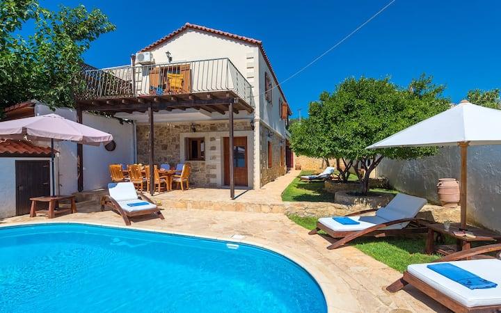 Villa Manolis, 3 BD, pool, great hospitality