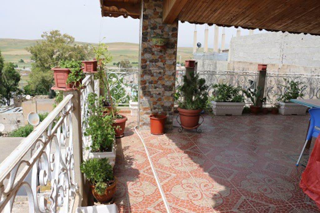 La terrasse donnant sur la compagne..