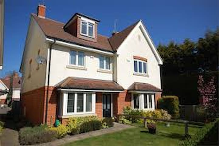4 bedroom townhouse in Farnham - Farnham - Dom