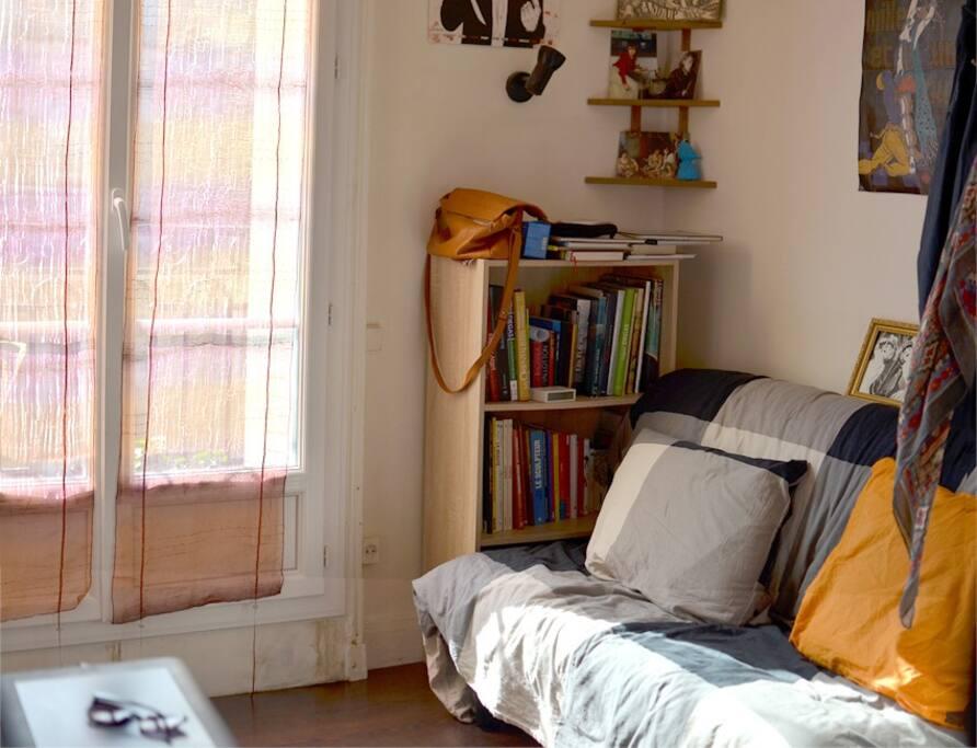 Studio ensoleillé avec canapé-lit pour 2 personnes.