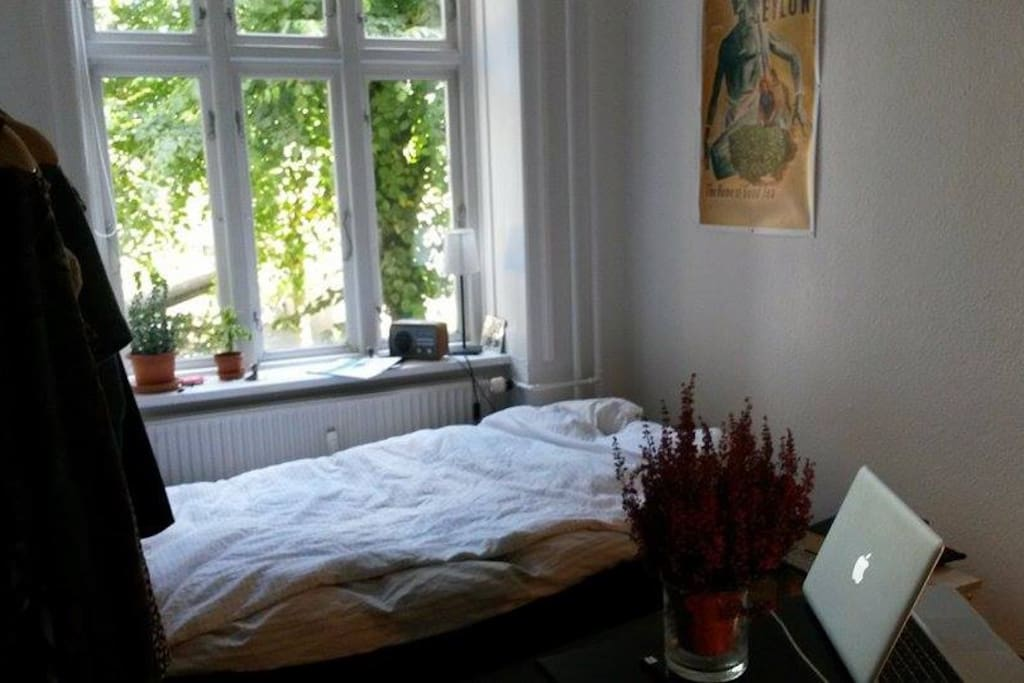 The bedroom with a nice garden view.