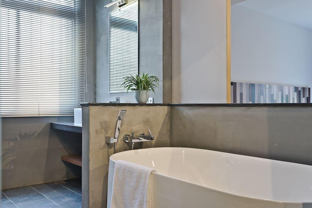 浴廁:獨立衛浴,浴缸,乾濕分離,通風窗。