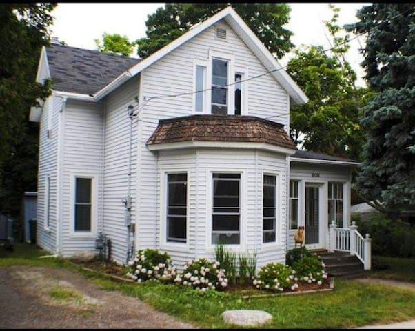 Downtown Petoskey Home-Lake Views- 30 Day Minimal - Petoskey - Haus