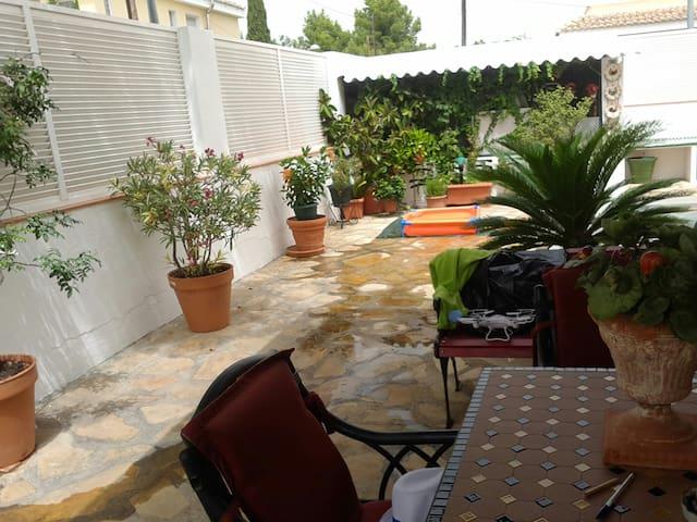 Alojamiento en casa chalet - La Canyada - Dom