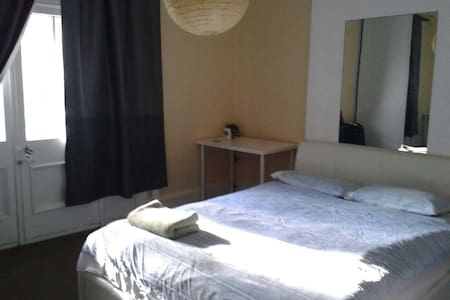 Large Private Room in Darlington - Darlington