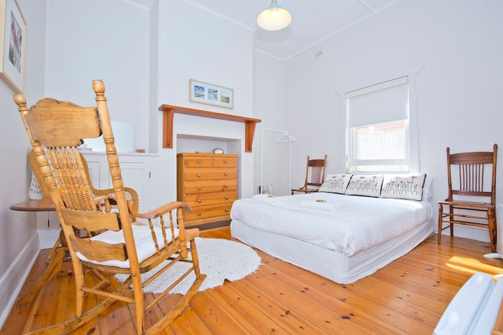 Urban farm close to Glenelg beach. - Glenelg  - Bed & Breakfast
