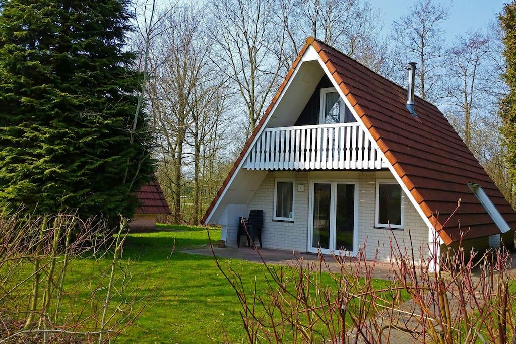 Villa met balkon en grasveld