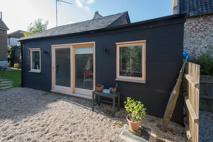 Stylish cabin one minute from the quay. Own  Patio