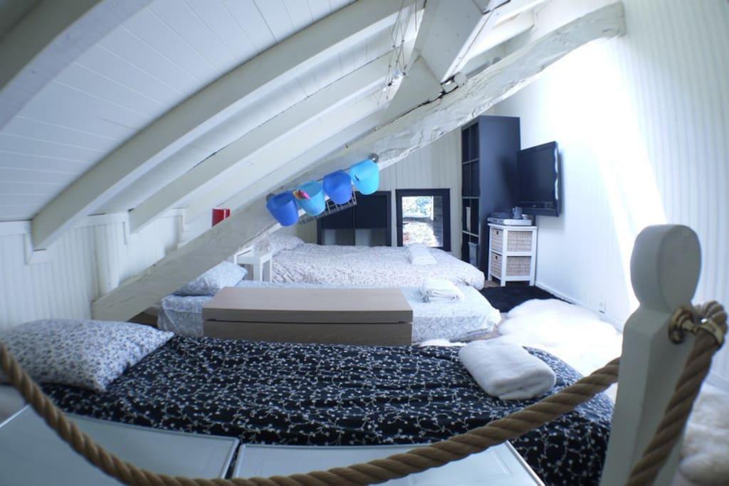 Chambre avec 2 lits simples et 1 lit double