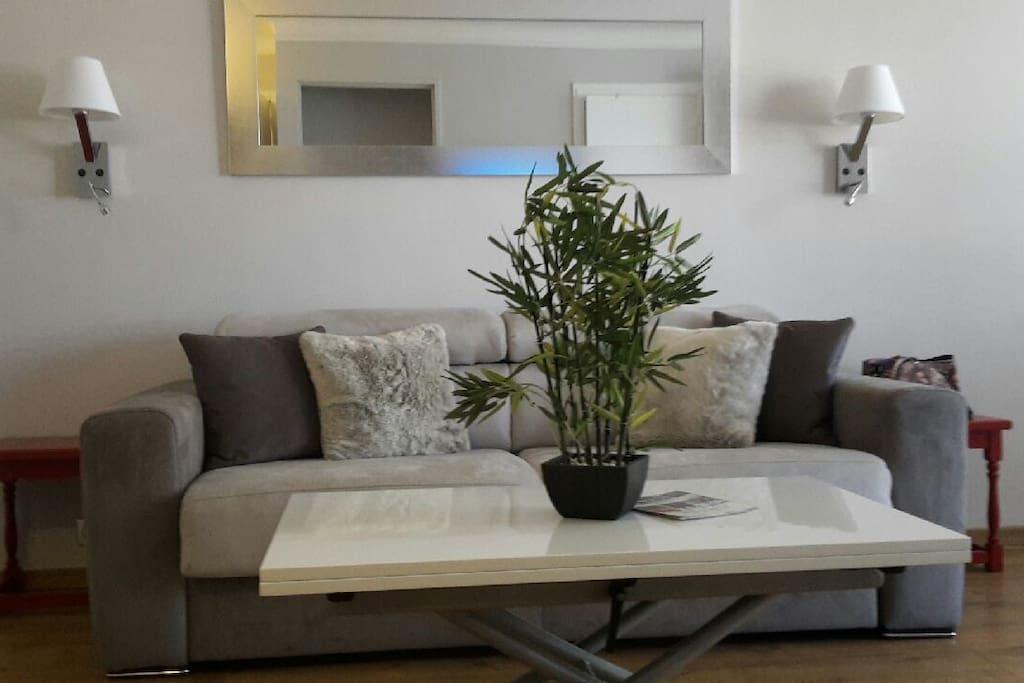 Canapé lit 140X190 très confortable et Table basse relevable en bois laqué