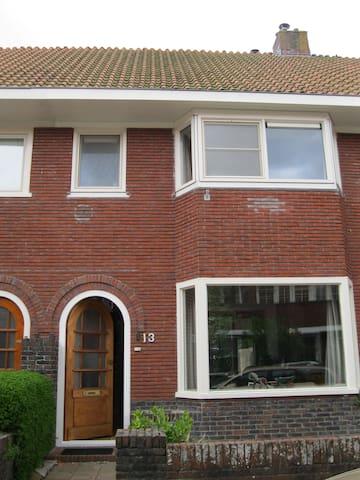 2 privé kamertjes, 1 met super bed (10 euro meer) - Leeuwarden - House