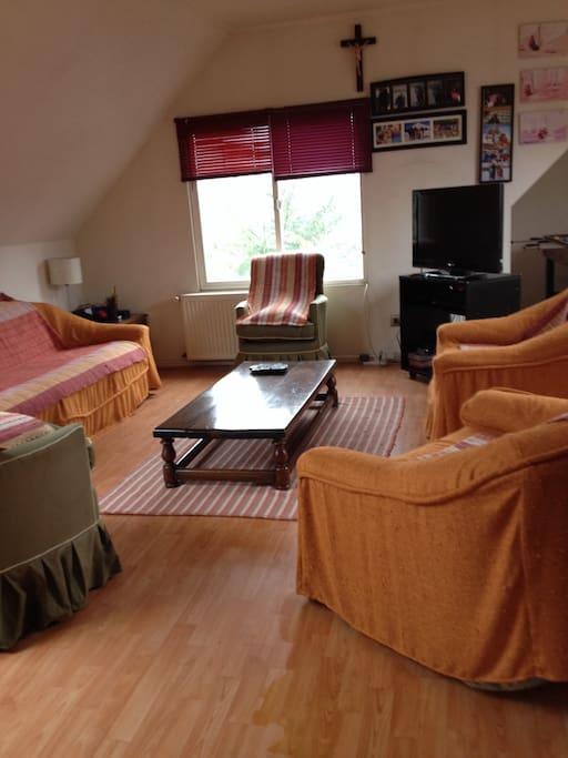 sala de estar con taca taca y mini GYM