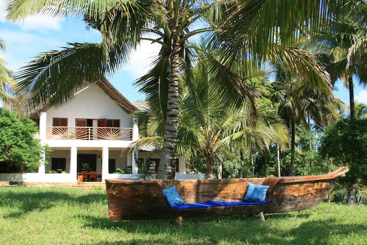 Very private cosy Villa with its own lovely beach