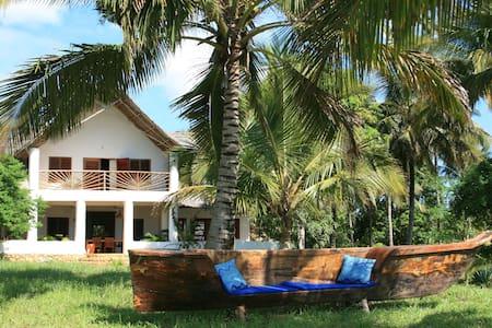 Beach villa facing the Indian Ocean - Pangani