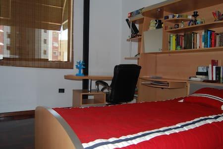 Amplia habitación con baño privado - Каракас