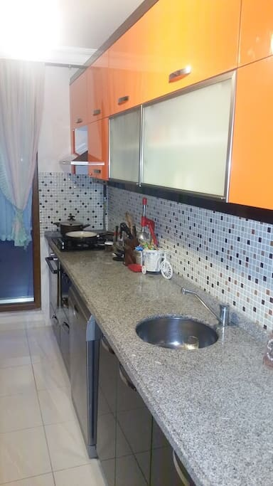 Evin mutfağı, banyosu, salonu istendiği gibi kullanılabilir.