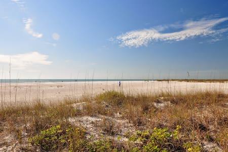 Walk to beach/St Armand-affordable - Condominium
