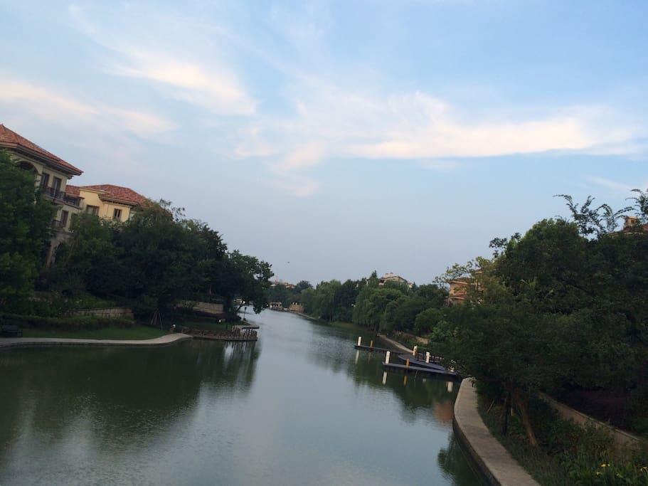 黄昏或早晨你可以在3500米长沿河游步道慢跑或快走锻炼。