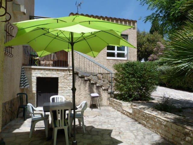 Une maison T2 50 m2 avec jardin.