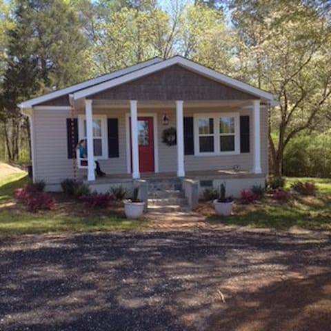 Cute and Relaxing Bungalow! Close to Everything!