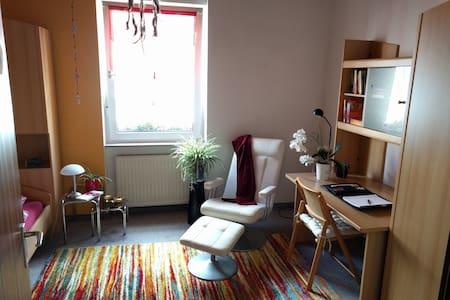 Gemütliches Zimmer mit eigenem Bad und Küche - Karlsruhe - Lägenhet