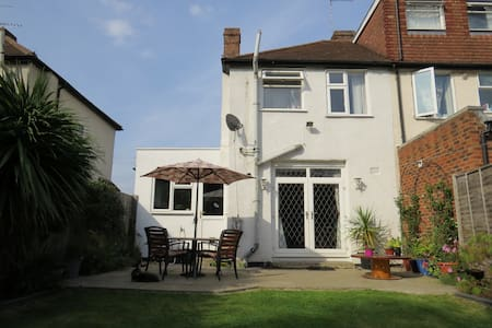 Private Room in Family Home - Hanworth - Bed & Breakfast