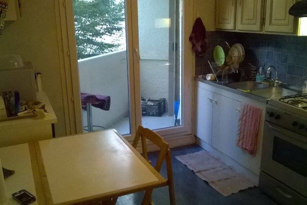 cuisine toute équipée avec petit balcon