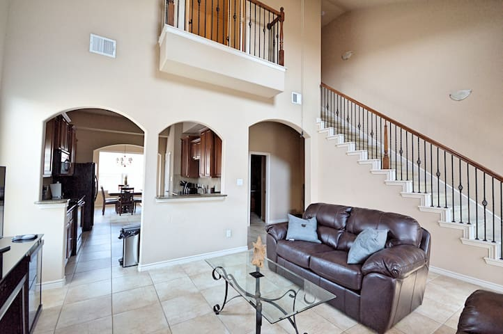 Luxury 3 Story Townhome (3bd, 3bth) - The Colony - Townhouse