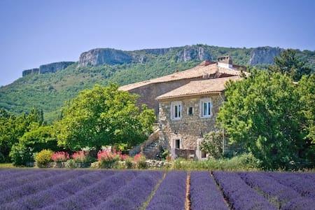 Gîte en Sud Ardèche pour 4 à 6 pers - Gras