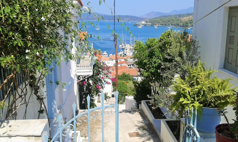 Central town studio on Poros - Poros - House