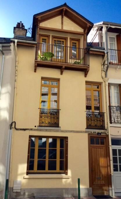 Façade de la maison donnant sur petite rue calme du centre-ville