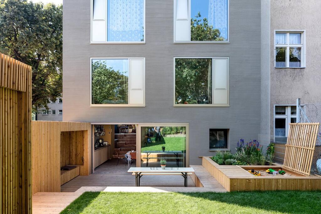 Privater Garten mit großer Terrasse