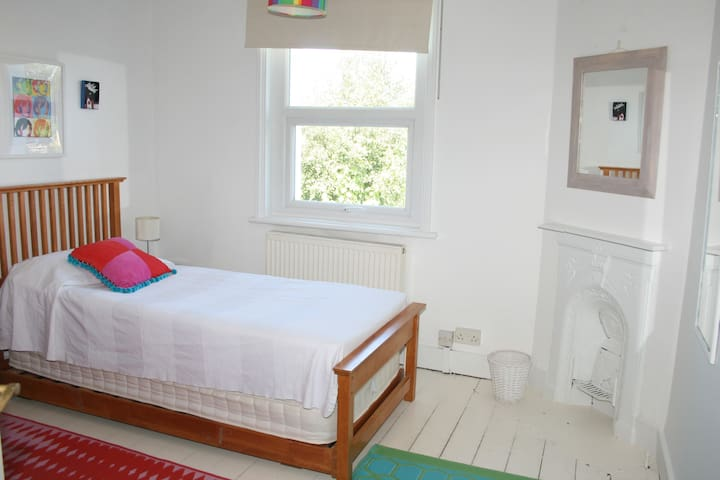Lovely room overlooking garden - Worthing