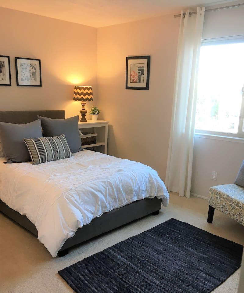 Quaint Private Room in a Bustlin Town