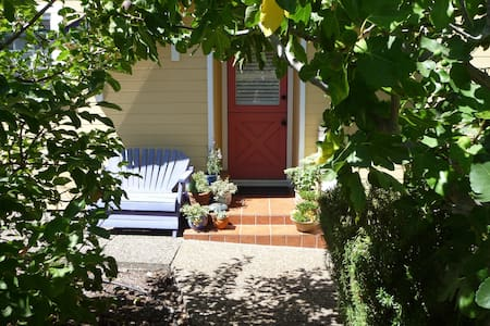 Private Suite in westside cottage - Petaluma