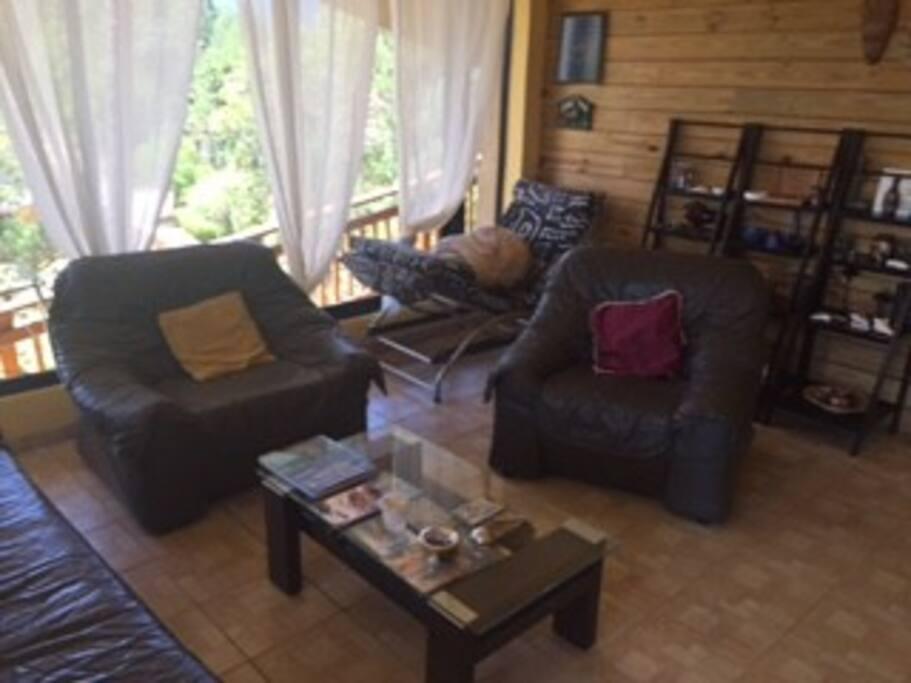 Wohnzimmer mit Panoramafenstern, 3er Couch + 2 Sessel, Relaxliege, Minibar.