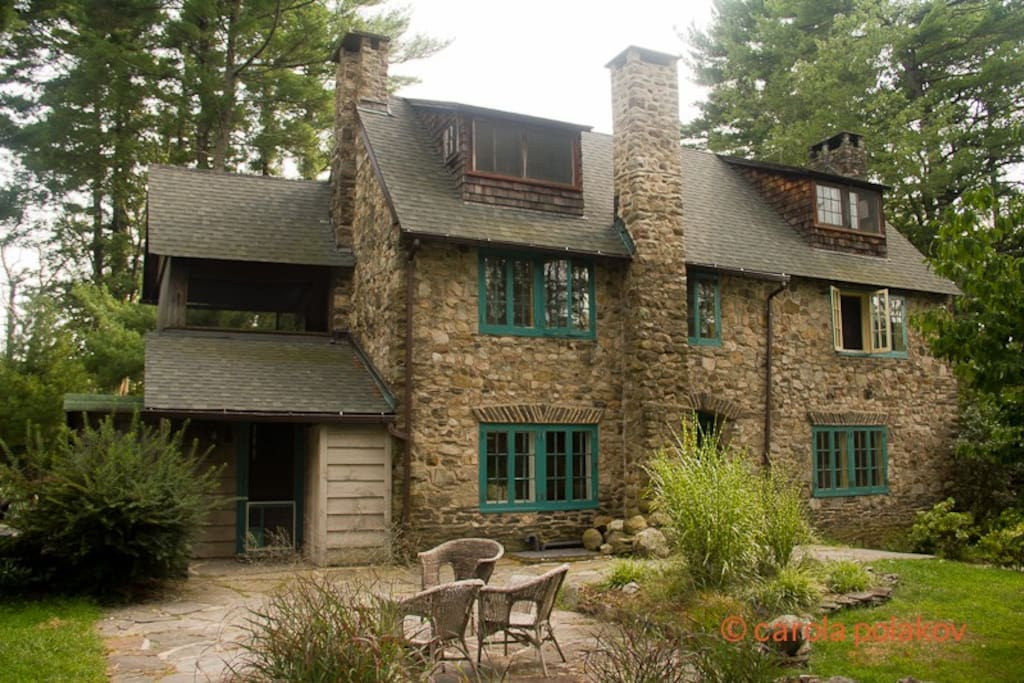 New low prices historic woodstock artist 39 s home houses for Big houses for low prices