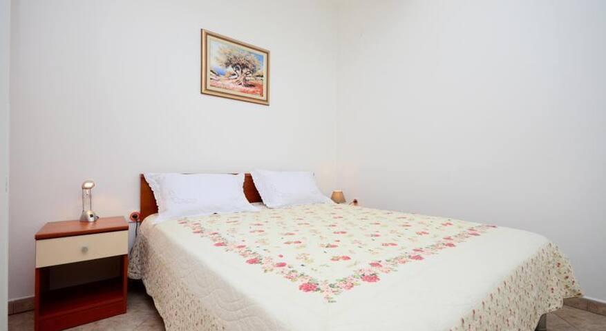 Spavaća soba sa krevetom 160/200 i pomočni ležaj 80/200