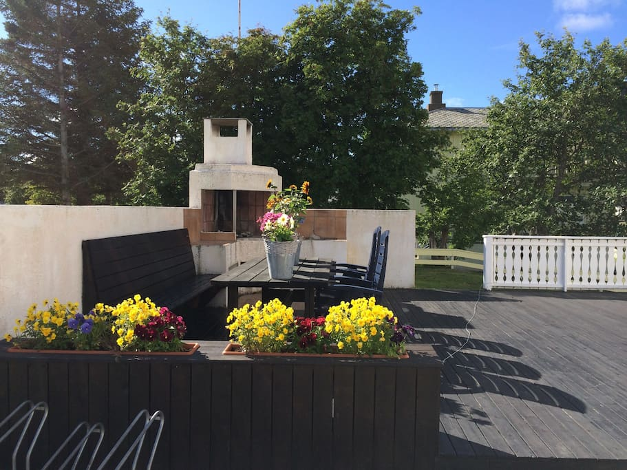 Uteområde som kan benyttes./ Area in front of the house that the guests are welcome to use.