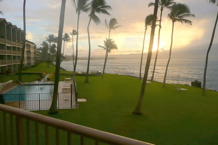 Oceanfront w/ Pool, Hear the Waves, Strong WIFI - Wailuku - Ortak mülk